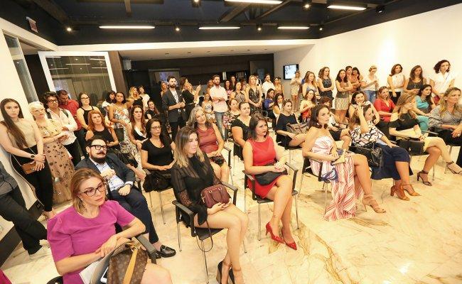 Boneca Russa no talk show de mercado de luxo